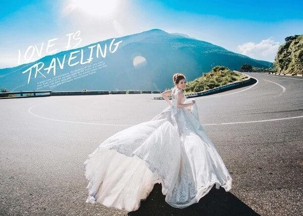 Không thể bỏ qua váy cưới trắng khi check-in tại Đèo Hải Vân