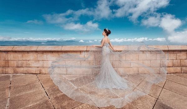 Váy cưới màu xám chụp ngoại cảnh tại Cổng trời Bà Nà