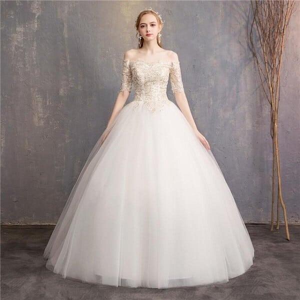 Mẫu váy cưới có độ dài vừa phải phù hợp với cô nàng có vóc dáng nhỏ nhắn, chiều cao khiêm tốn