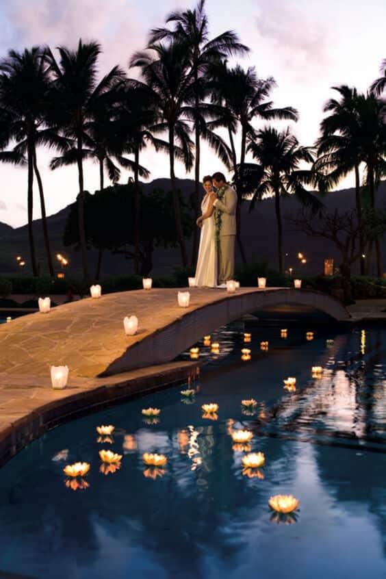 Trang phục cô dâu, chú rể phù hợp với tiệc cưới hồ bơi